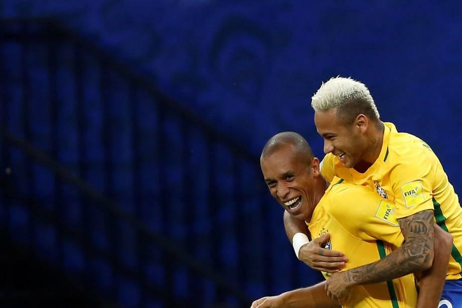 Neymar comemora com Miranda após o zagueiro marcar o primeiro gol do Brasil sobre a Colômbia