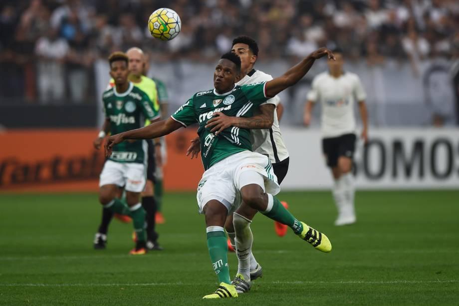 O zagueiro Mina do Palmeiras disputa jogada com o atacante Gustavo do Corinthians
