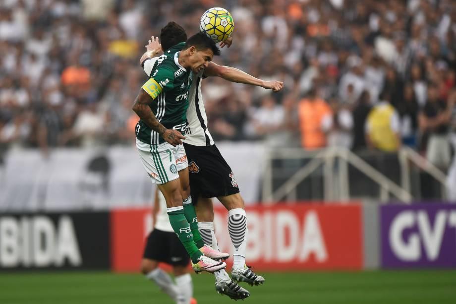 Dudu do Palmeiras e Rodriguinho do Corinthians disputam jogada pelo alto