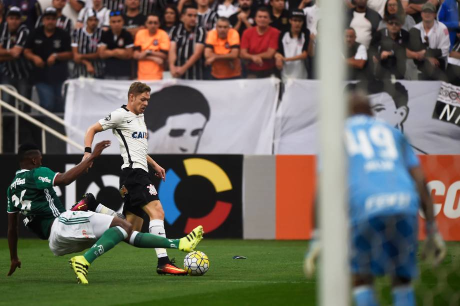 O meia Marlone do Corinthians é marcado de perto pelo zagueiro Mina do Palmeiras