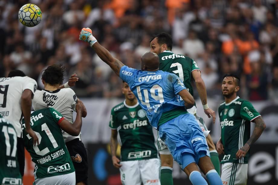 O goleiro Jaílson do Palmeiras vence disputa pelo alto com o o ataque do Corinthians