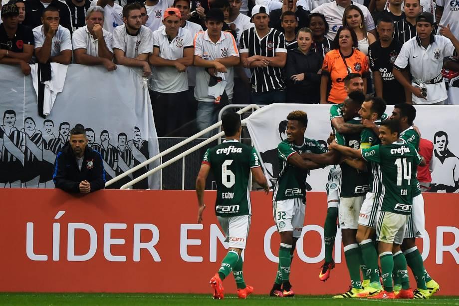Jogadores do Palmeiras comemoram o gol do colombiano Mina na vitória sobre o Corinthians no Itaquerão