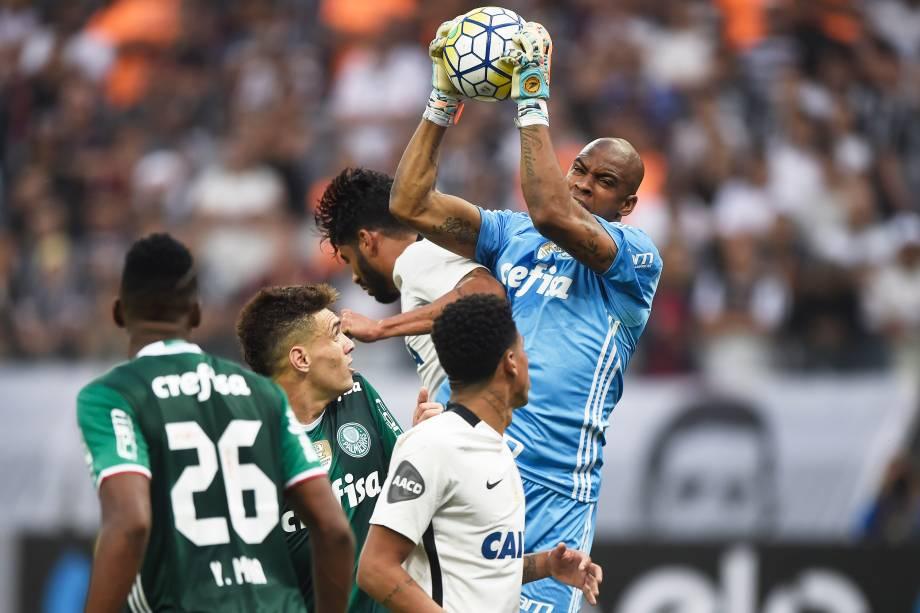O goleiro Jaílson do Palmeiras vence disputa pelo alto com o zagueiro Vilson do Corinthians