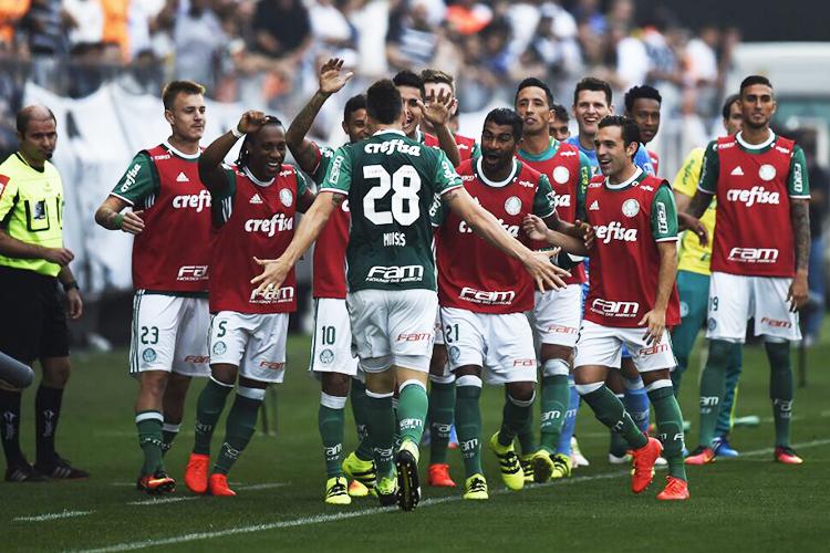 O jogador Moisés (centro) comemora gol durante partida contra o Corinthians, válida pela 26ª rodada do Campeonato Brasileiro, realizada no Itaquerão, zona leste de São Paulo (SP) - 17/09/2016