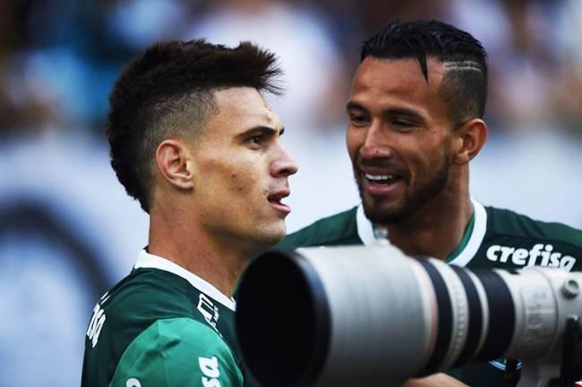 O jogador Moisés, do Palmeiras, comemora gol diante do Corinthians, em partida válida pela 26ª rodada do Campeonato Brasileiro, realizada no Itaquerão, zona leste de São Paulo (SP) - 17/09/2016