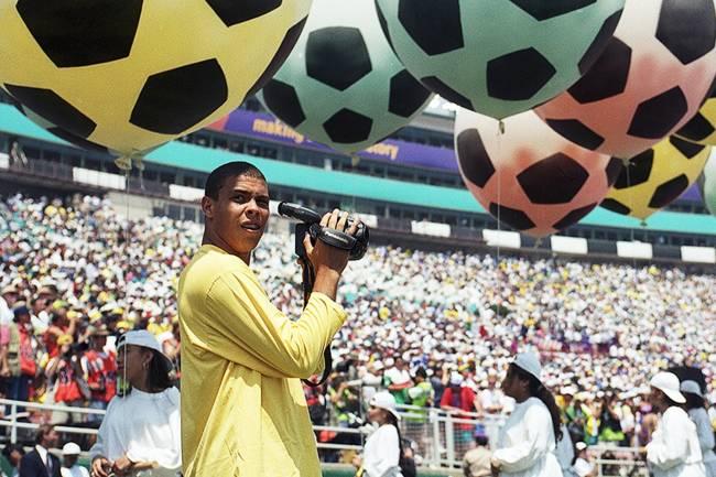 O jogador Ronaldo filma o jogo da Seleção Brasileira contra a Itália, na Copa do Mundo de 1994