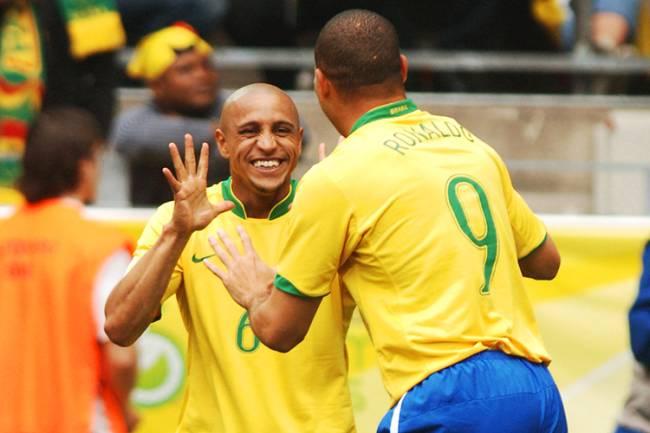 Os jogadores Ronaldo e Roberto Carlos comemoram gol durante partida entre Brasil e Gana, válida pelas oitavas-de-final da Copa do Mundo, no estádio Westfalenstadion, na Alemanha - 27/06/2006