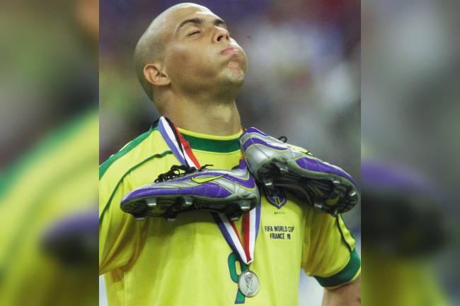 Ronaldinho, com a chuteira pendurada no pescoço, desolado, após a derrota contra a França por 3 a 0 na final da Copa do Mundo - 12/07/1998