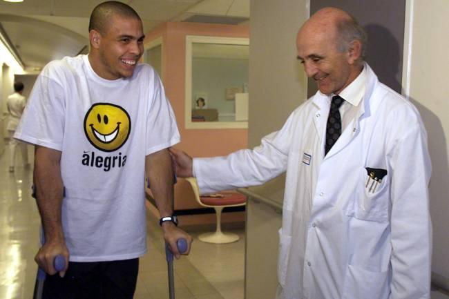 O jogador Ronaldo se recupera de cirurgia feita no joelho, nos corredores do hospital de Salpêtrière, na França - 03/12/1999