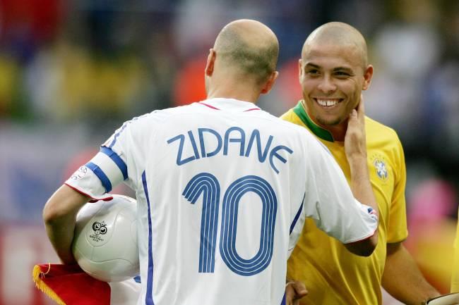 Os jogadores Ronaldo e Zinedine Zidane, durante partida entre Brasil e França, válida pelas quartas-de-final da Copa do Mundo realizada na Alemanha - 01/07/2006