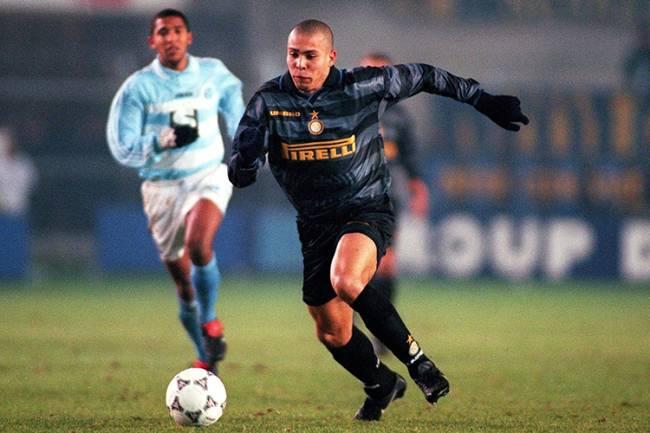 O jogador Ronaldo atuando na Internazionale de Milão - 25/11/1997