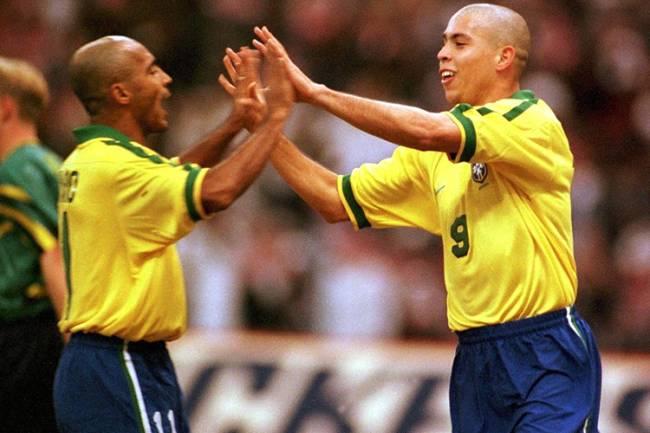 Os jogadores da Seleção Brasileira, Ronaldo e Romário durante torneio na Arábia Saudita - 22/12/1997