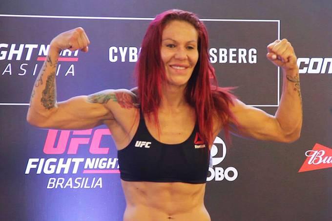 A lutadora Cris Cyborg durante pesagem para o UFC Brasília