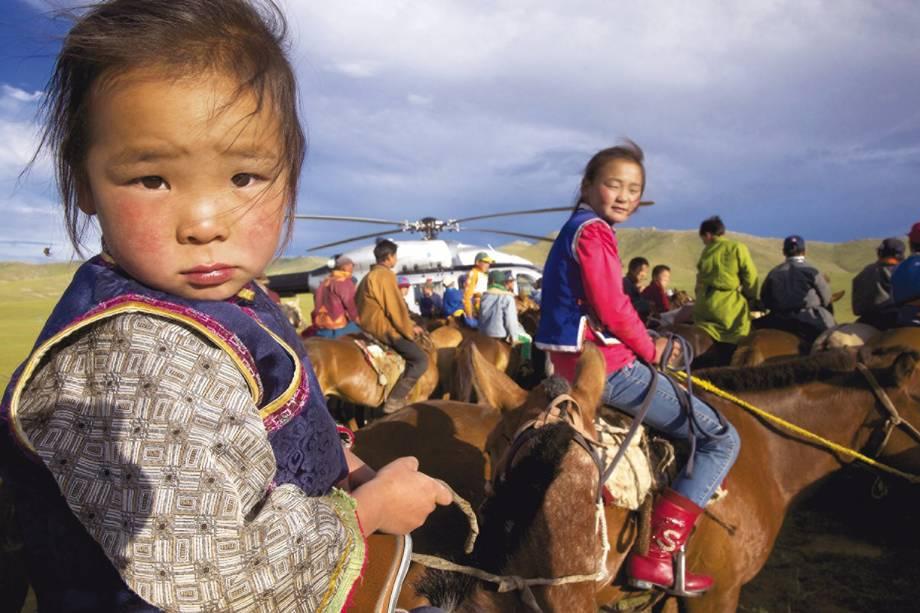 Jovens de povos semi-nômades que se preparam para uma corrida de cavalos na Mongólia