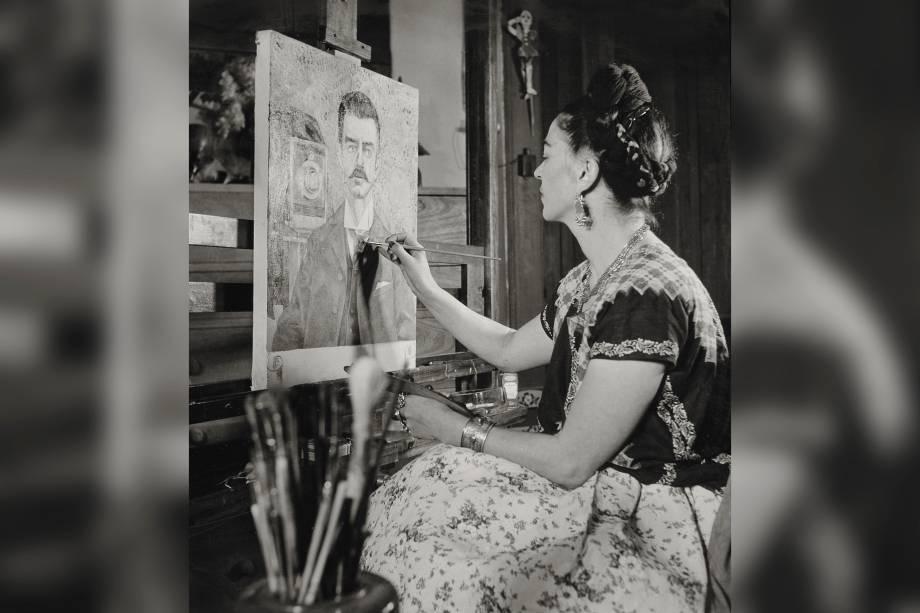 Frida pintando o retrato de seu pai por Gisèle Freund, em 1951