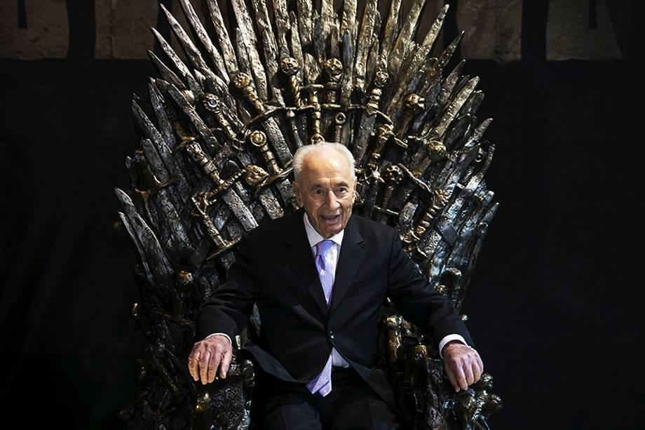 """Shimon Peres, antigo presidente de Israel, senta no """"Trono de Ferro"""" durante abertura da exibição de Game of Thrones em Tel Avi. O evento durará cinco dias e depois seguirá para Madrid, Berlin, Amsterdam e Paris - 02/04/2015"""
