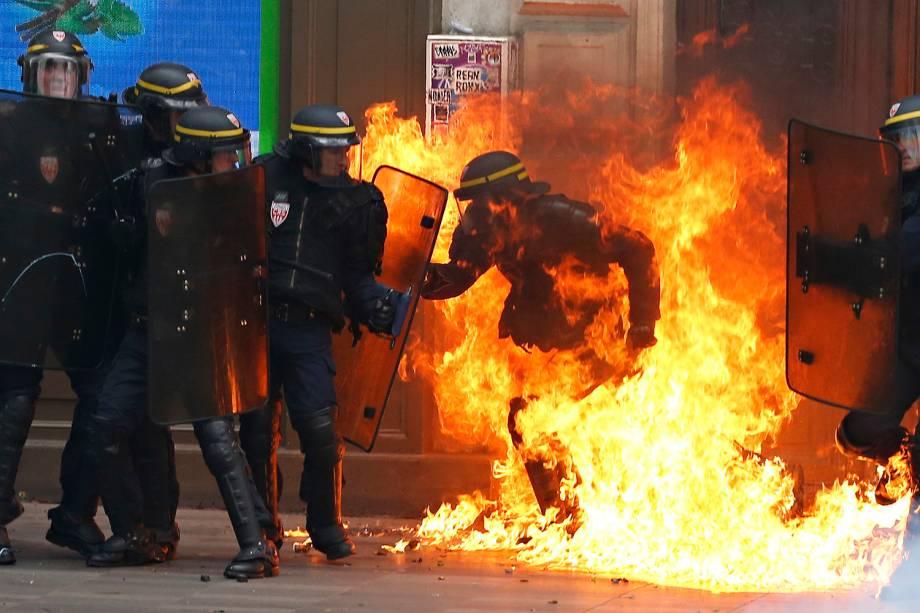 Manifestantes e policiais entram em confronto durante protesto contra reformas trabalhistas polêmicas do governo francês que foram aprovadas em julho - 15-09-2016