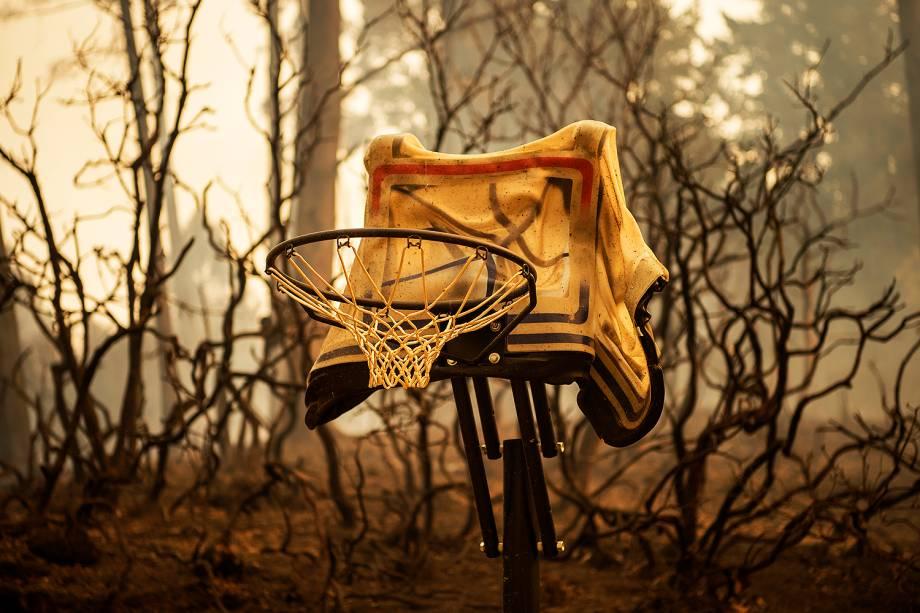 Cesta de basquete derretido é fotografada em uma propriedade queimada nas montanhas de Santa Cruz perto de Loma Prieta, na Califórnia. O incêndio destruiu mais de 1000 acres e queimaram várias estruturas na área - 27-092016