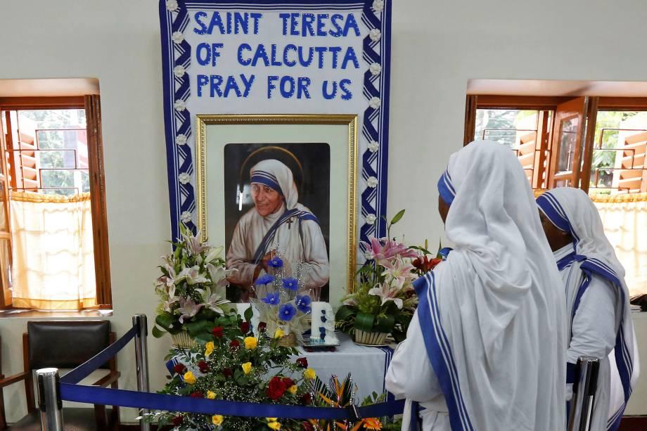 Freiras da congregação Missionárias da Caridade fazem orações em frente a um retrato da Madre Teresa no aniversário de sua morte em Calcutá, na Índia - 05/09/2016