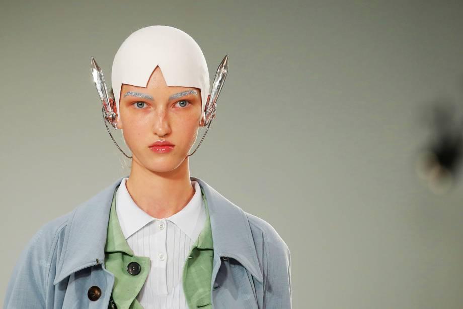 Modelo apresenta criação do estilista britânico John Galliano, na Semana de Moda em Paris, na França - 28/09/2016