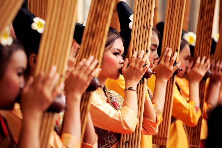 Meninas asiáticas ensaiam com kaen (instrumento musical) antes de reunião da ASEAN (Associação das Nações do Sudeste Asiático), no Vietnã - 05/09/2016