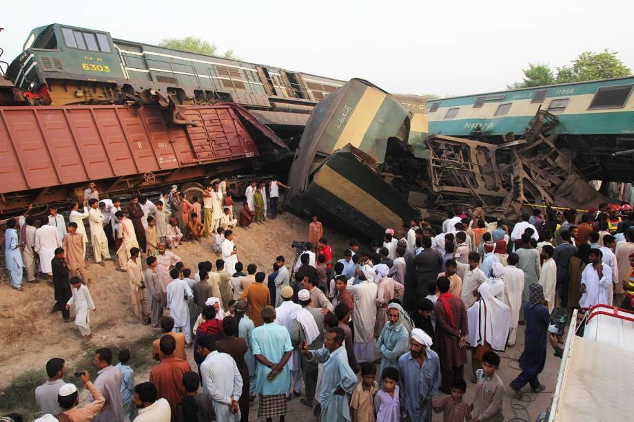 Paquistaneses observam dois trens que colidiram na cidade de Multan, deixando quatro mortos e 100 feridos - 15/09/2016