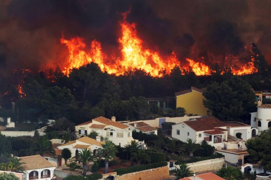 Incêndio florestal é visto próximo da cidade de Benitachell, na província espanhola de Alicante - 05/09/2016