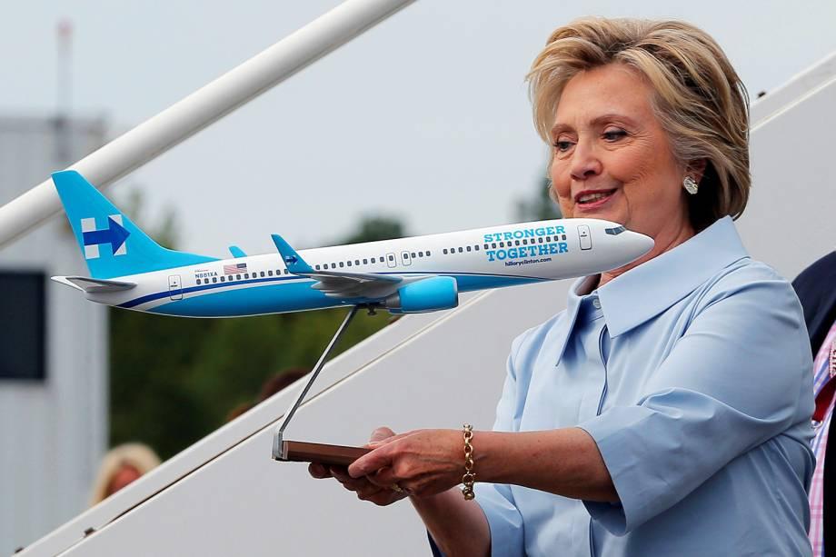 A candidata do Partido Democrata à presidência dos Estados Unidos, Hillary Clinton, segura modelo do seu novo avião de campanha presidencial, em Nova York - 05/09/2016