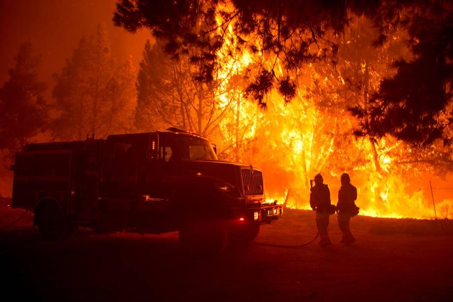 Bombeiros tentam apagar grande incêndio que atinge a região de Santa Cruz, na Califórnia - 27/09/2016