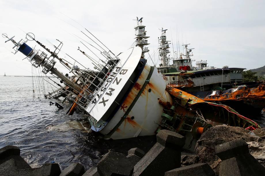 Navio de pesca é visto parcialmente virado após a passagem do tufão Meranti na cidade de Kaohsiung, em Taiwan - 15/09/2016