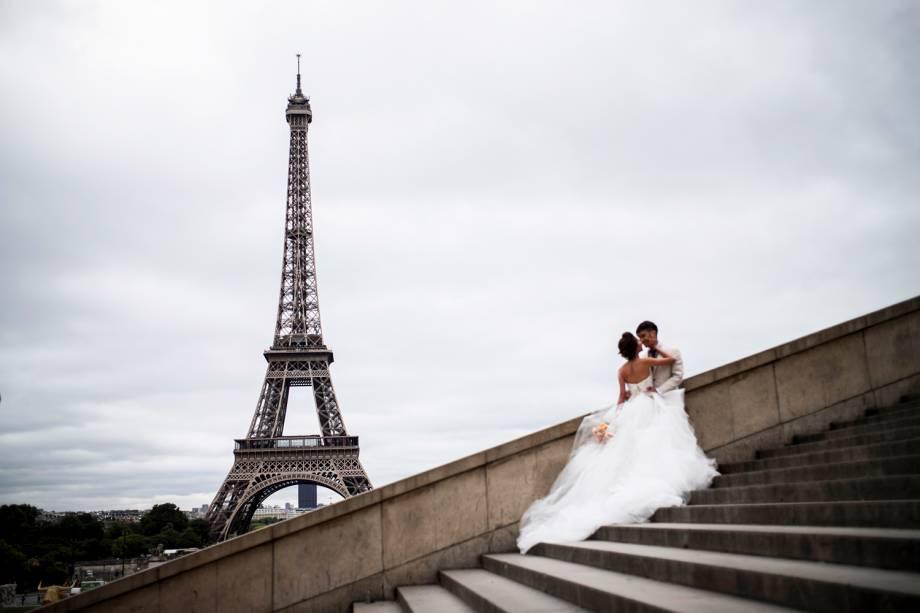 Noivos se beijam em frente à Torre Eiffel, em Paris, na França - 29/09/2016