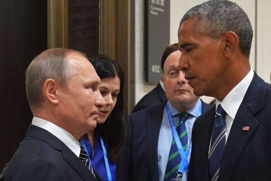 O presidente russo, Vladimir Putin cumprimenta o presidente dos Estados Unidos, Barack Obama, durante o encontro de líderes do G20, em Hangzhou, na China - 05/09/2016