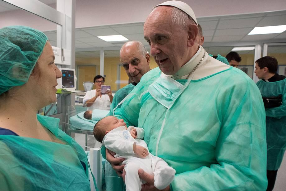 Papa Francisco é fotografado com bebê recém-nascido em visita o hospital San Giovanni, em Roma, Itália - 16-09-2016