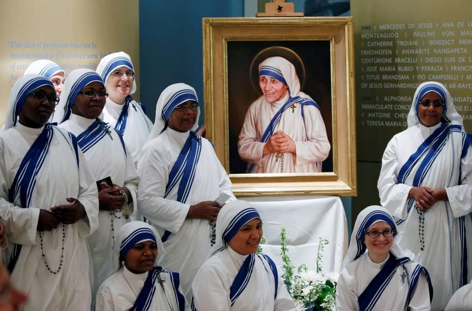 Membros da ordem de Madre Teresa de Calcutá se reúnem em volta de quadro oficial da canonização da freira, em Washington, Estados Unidos - 01/09/2016