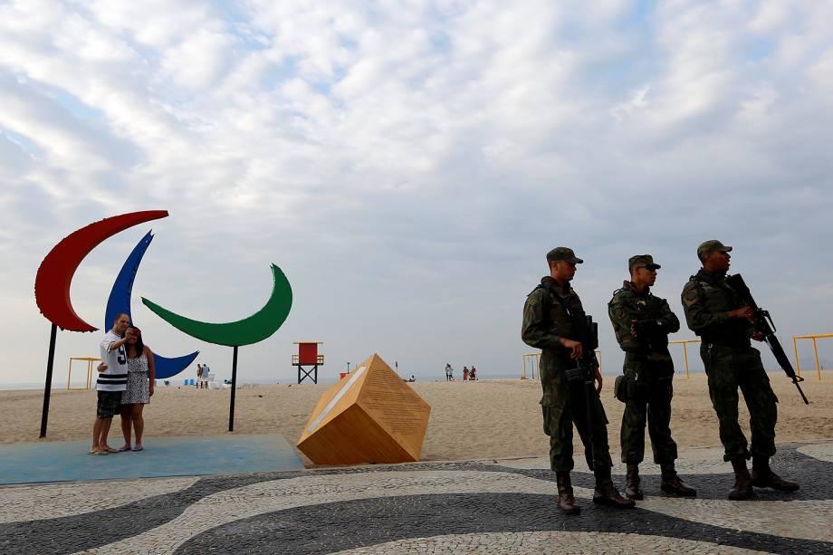Casal tira foto na escultura dos Agitos, símbolo dos Jogos Paralímpicos na praia de Copacabana, na zona sul do Rio - 05/09/2016