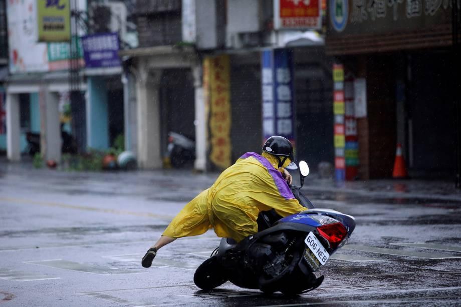 Um motociclista cai de seu veículo durante uma tempestade que atingiu a região de Hualien, no Taiwan - 27/09/2016