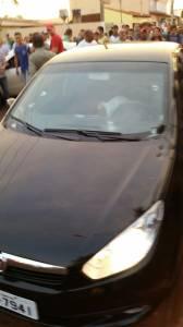 Carro alvejado durante carreata em Itumbiara