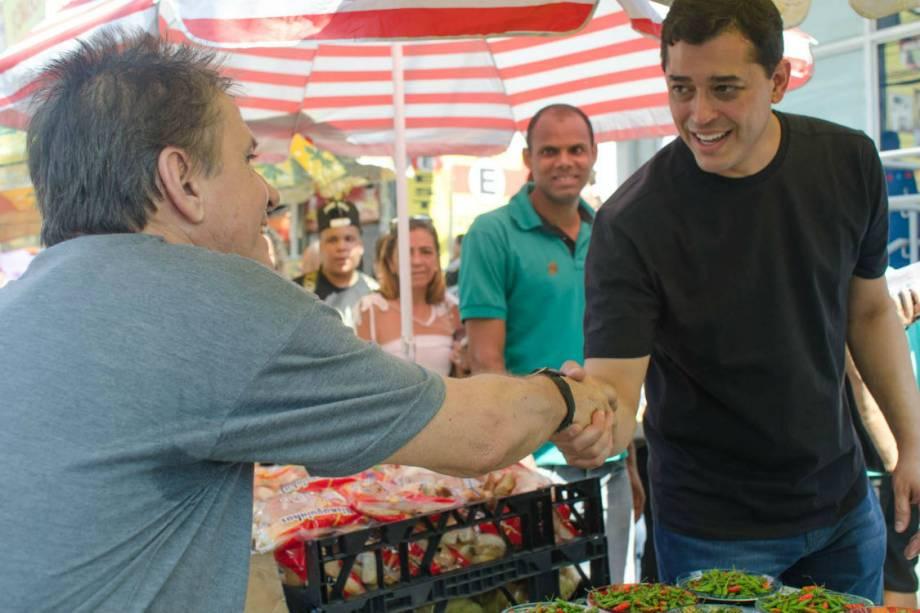 Indio da Costa, candidato do PSD à prefeitura do Rio, e sua companheira de campanha, a blusa preta