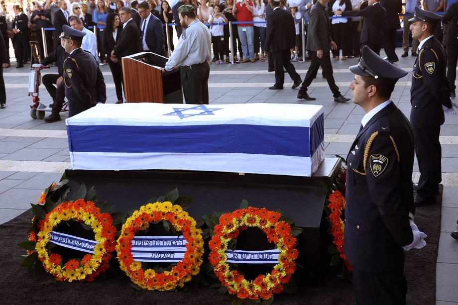 O caixão de Shimon Peres coberto com a bandeira de Israel na Esplanada da Knesset (Parlamento) - 29-09-2016