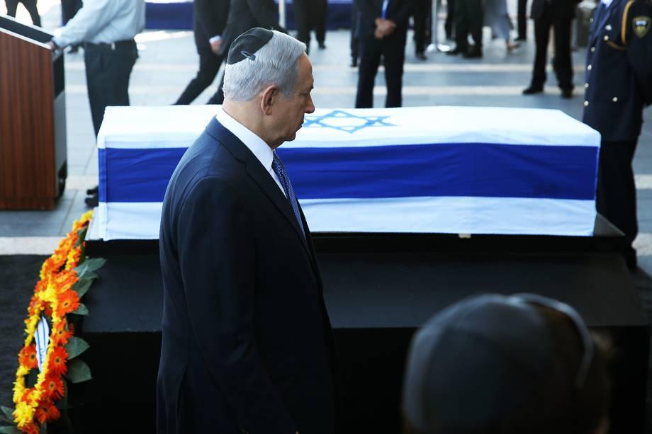 Primeiro-ministro de Israel, Benjamin Netanyahu, passa pelo caixão do ex-presidente israelense Shimon Peres, no Parlamento, em Jerusalém - 29-09-2016