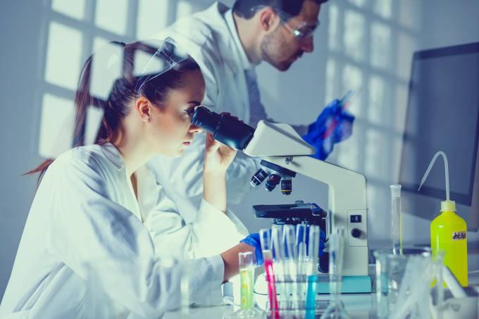 Cientistas em laboratório