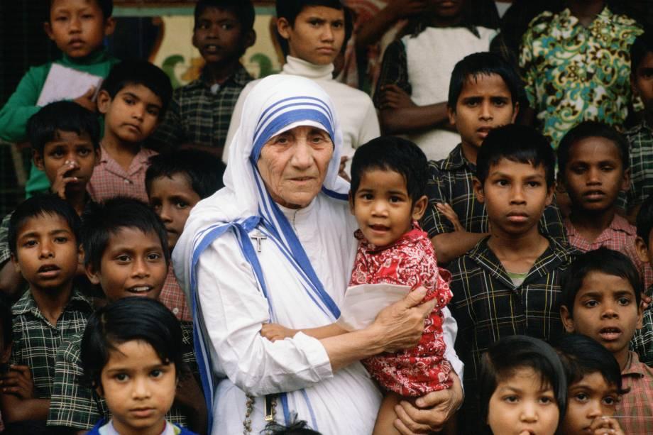 Madre Teresa acompanhada de crianças em seu local de missão em Calcutá, na Índia em dezembro de 1980