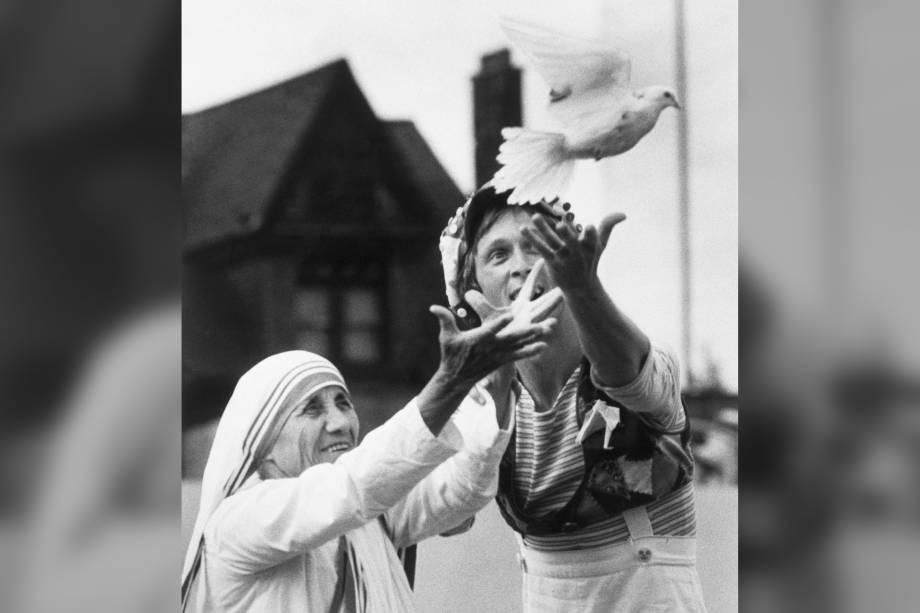 Madre Teresa de Calcutá solta uma pomba representando a paz, no Varsity Stadium, em Toronto, no Canadá - 27/06/1982