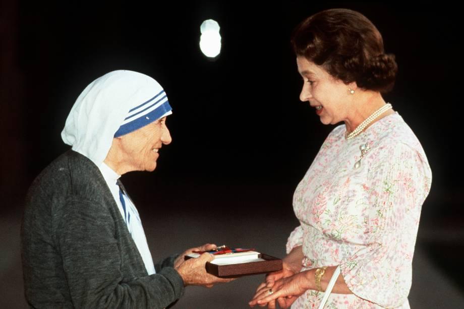 A rainha Elizabeth II recebe de Madre Teresa de Calcutá, placa de Ordem ao Mérito, no Palácio Presidencial, em Delhi, na Índia - 24/11/1983