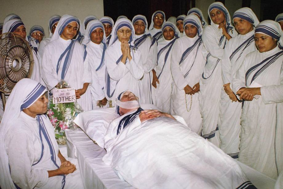 Madre Teresa de Calcutá é velada por freiras - 06/09/1997