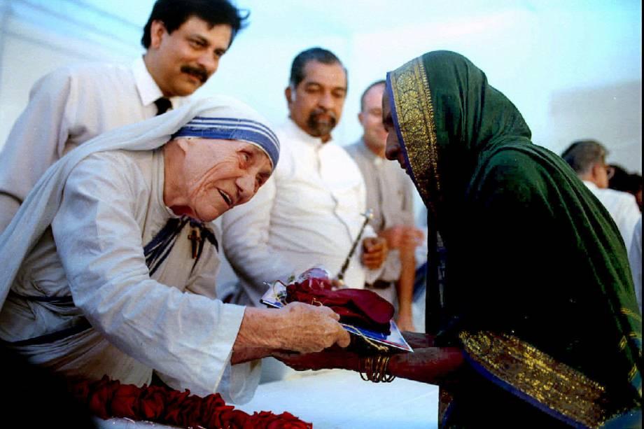 Madre Teresa de Calcutá durante evento em Latur, na Índia - 26/09/1994
