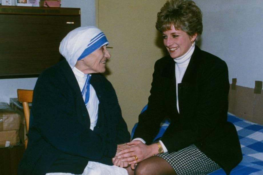 Princesa Diana cumprimenta Madre Teresa de Calcutá durante encontro - 19/02/1992