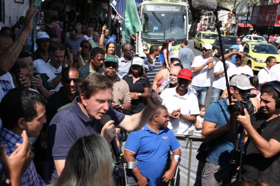 Marcelo Crivella, do PRB, de blusa polo na corrida eleitoral