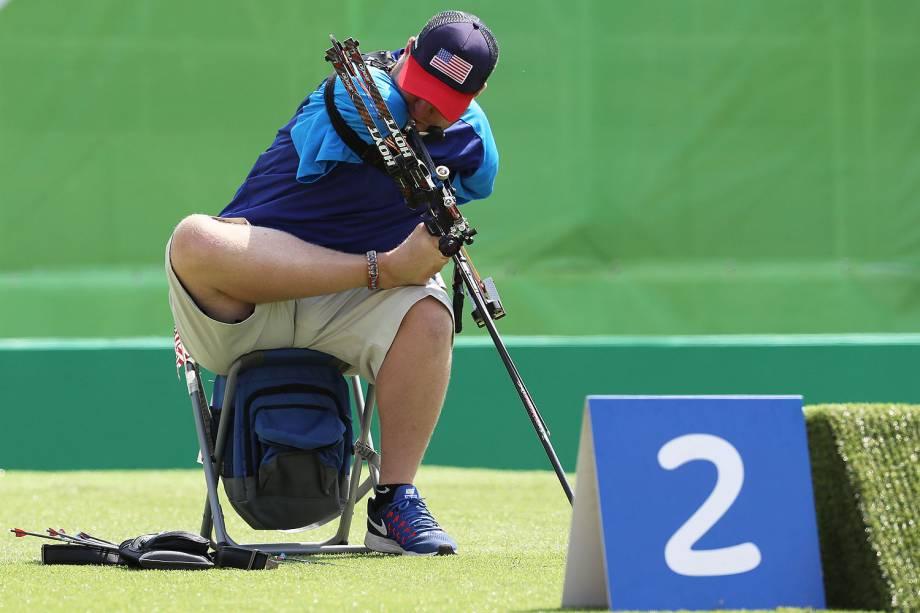 O norte-americano Matt Stutzman, o arqueiro que não tem os dois braços e usa os pés, a boca e o ombro para disparar a flecha é fotografado durante a competição no Tiro com Arco Paralímpico, no Sambódromo, no Rio de Janeiro - 14/09/2016