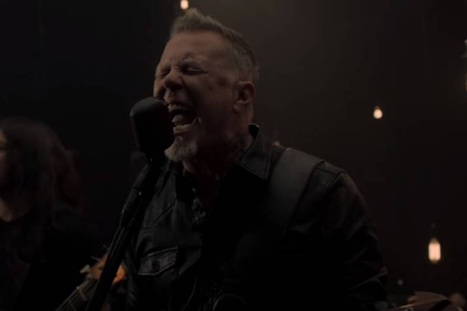 Cena do clipe 'Moth into Flame', do Metallica